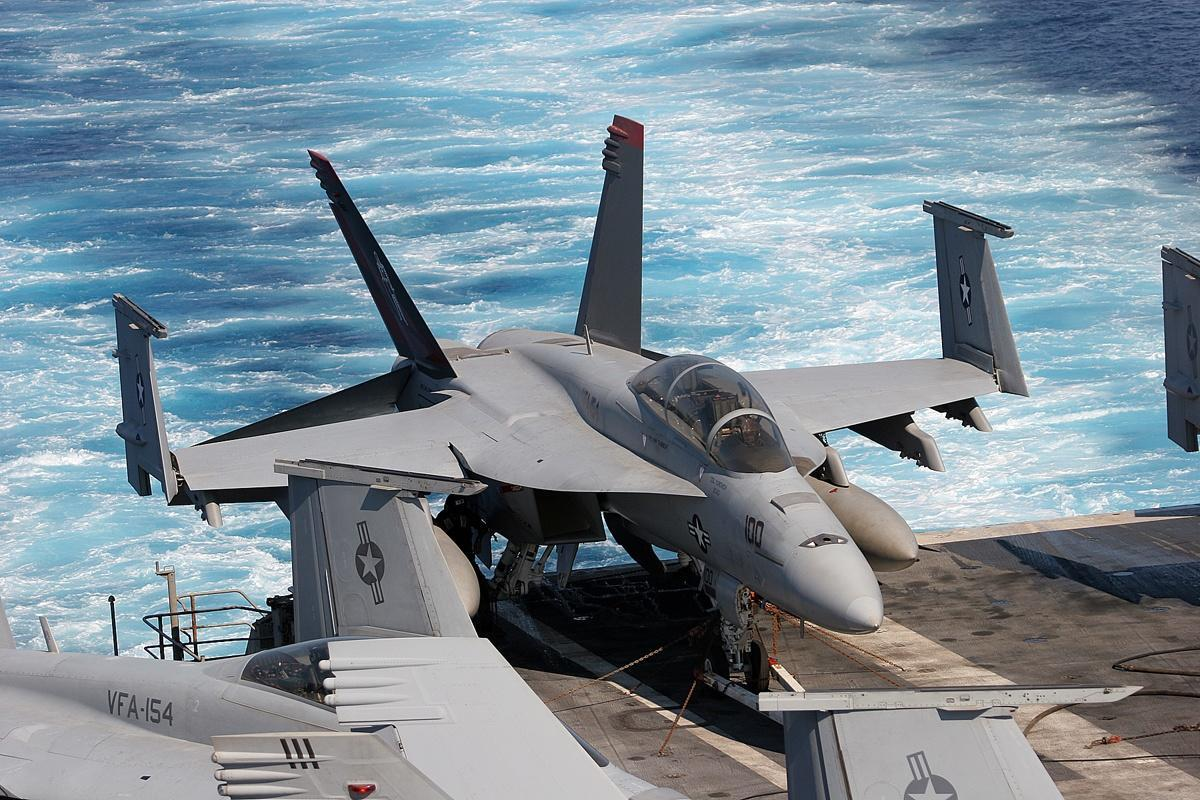 http://fxpaper.fatalsystem.com/images/wallpapers/military/f-18-hornet/f_18_hornet_8.jpg
